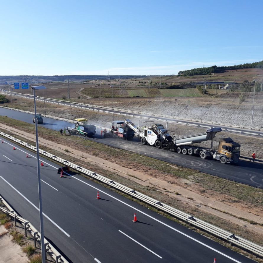 Extendido de una mezcla BBTM11B en la capa de rodadura de la A1 pk 248 de Burgos con el silo de transferencia de Padecasa