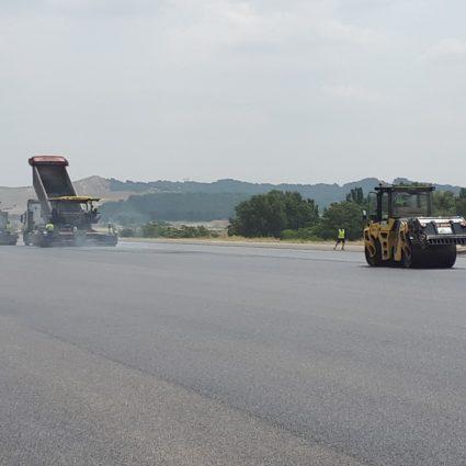 Extendido y compactación de pavimento aeroportuario PADECASA