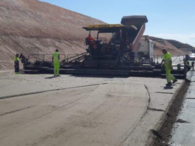 Extendido de suelo cemento y MBC en A-11-Autovía del Duero, enlace San Esteban de Gormaz-Aranda del Duero (Soria) extendedora