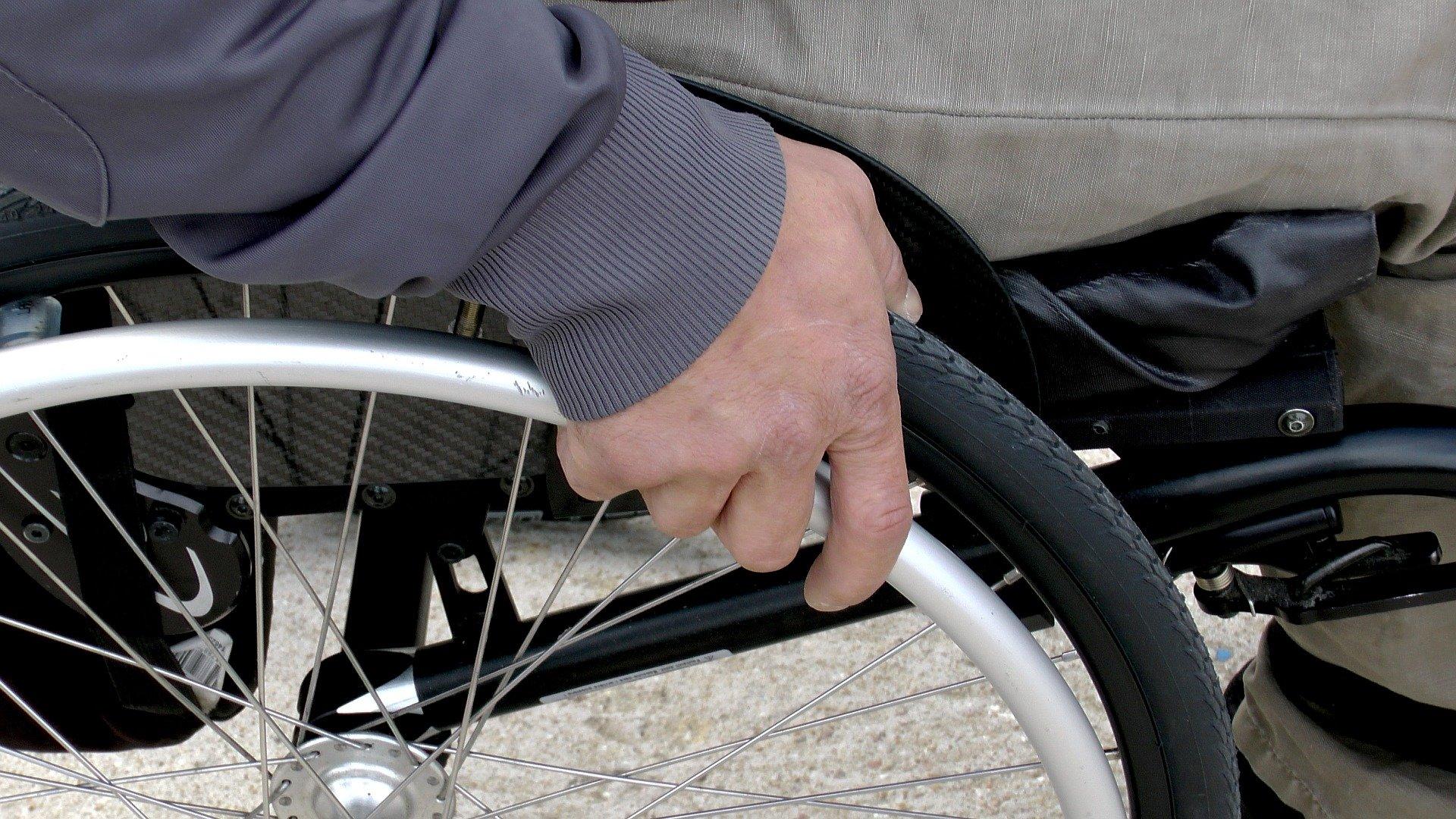 persona adulto con discapacidad en silla de ruedas